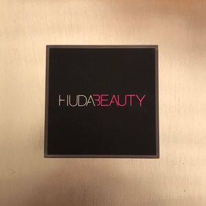 HUDA BEAUTY Easy Bake Powder in Blondie